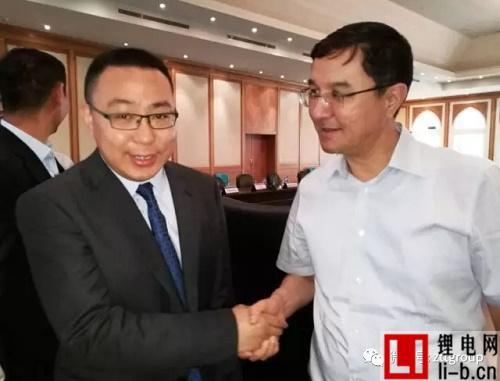 薛驰总裁与乌兹别克斯坦副总理Kuchkarov亲切握手