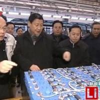 习近平在湖北调研时参观中航锂电电池产品