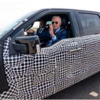 拜登试驾电动皮卡 推销1740亿美元电动汽车计划